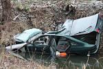 Řidič totálně zdemoloval auto. Přežil a dokonce z místa utekl