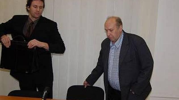 Bývalý předseda představenstva Stavebního podniku Klatovy Zdeněk Skála (vpravo) před klatovským soudem.