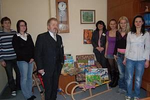 Zástupci studentů školy a Klokánku.