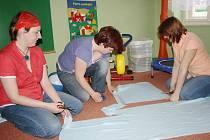 Šití čepiček a zavinovaček pro nedonošence v mateřském centru Medvídek v Sušici