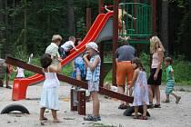 Děti si na ostrově Santos rády hrají
