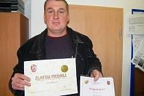 Včelař Jiří Šmídl s oceněním Med roku 2009.