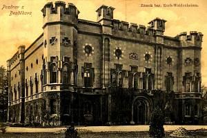 Skoro uprostřed obce se najdete Zámek Bezděkov. Stojí na místě gotické tvrze ze 14. stol., která byla při stavbě zámku začleněna do nové budovy.