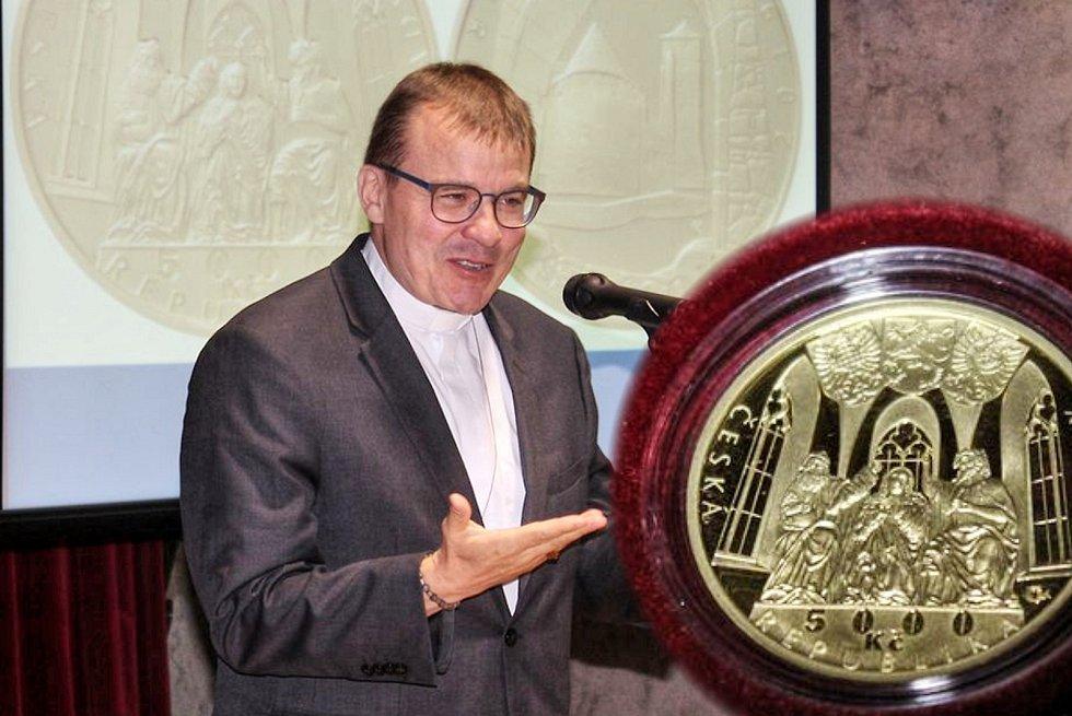 Česká národní banka vydala zlatou minci s motivem vodního hradu Švihov, která je součástí cyklu Hrady České republiky.