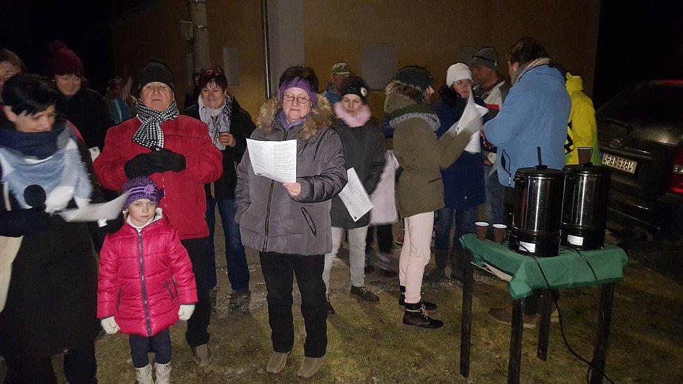 Koledy se zpívaly i v Anníně, kde se sešlo přibližně 50 lidí. Kromě obyvatel Annína dorazili lidé z Dlouhé Vsi, Sušice nebo Hartmanic.