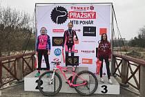Nikola Hodlová (uprostřed) vyhrála v Praze úvodní závod Pražského poháru.