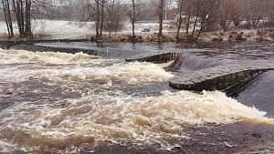 Déšť zvedal hladiny řek a potoků, pak ho ale vystřídalo husté sněžení