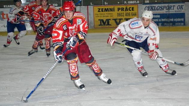 Dvě minuty závěrečné třetiny rozhodly v pátek o tom, že junioři HC Klatovy (bílé dresy) na domácím ledě odevzdají všechny body za výhru svému soupeři z Hradce Králové.