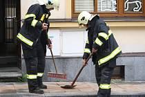 Hasiči likvidovali olejovou skvrnu na chodníku i silnici v Klatovech
