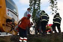 Vlak přejel v Klatovech mladého muže, vrtulník ho těžce zraněného musel transportovat do Plzně.