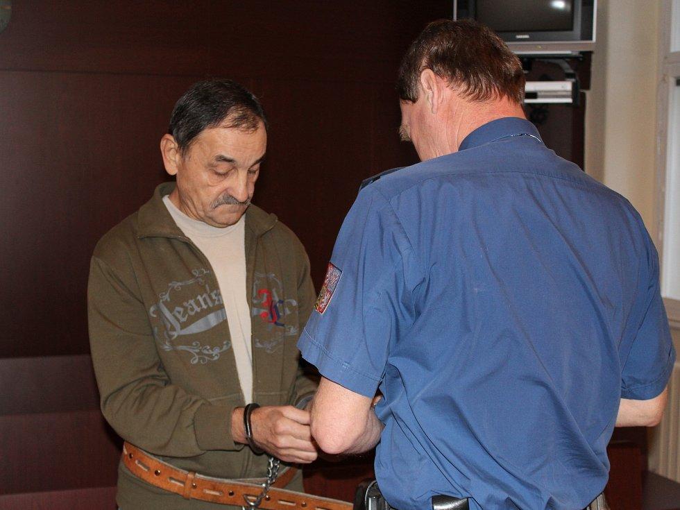 Ondřej Drapák před klatovským soudem a nůž, který při útoku použil
