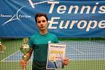 TALENTOVANÝ TENISTA Lukáš Janoušek pózuje s pohárem a diplomem za druhé místo vybojované v prestižním turnaji Tennis Europe v Jablonci nad Nisou.