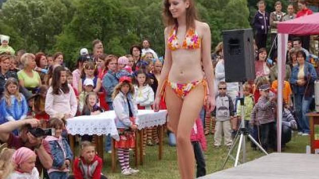 Součástí akce byla i přehlídka plavek a letní módy v podání modelek agentury Delija