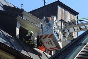Simulovaný požár vypukl v 16 hodin ve 2. patře hotelu, ve kterém v tu dobu bylo několik osob, včetně dětí. Po několika minutách dorazila první hasičská vozidla, byly nataženy hadice a hasiči pronikli do hotelu v dýchacích maskách.