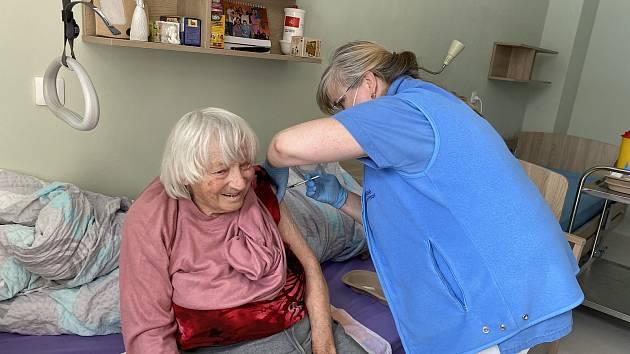 Očkování v domově pro seniory Clementas v Janovicích nad Úhlavou.