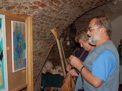 Dešenická tvrz o víkendu praskala ve švech pod náporem návštěvníků obdivujících umění svých sousedů.