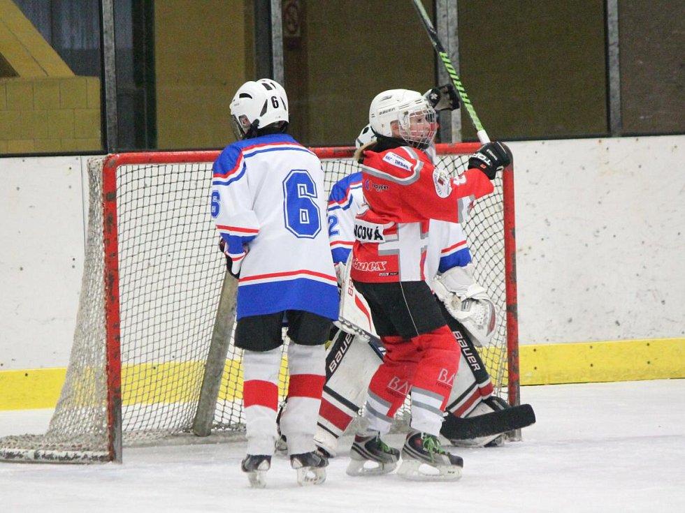 Liga mladších žáků: HC Klatovy (červené dresy) - HC DDM Rokycany 5:4