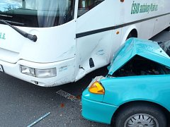 Nehoda osobního auta u Bezděkova a nehoda autobusu v Klatovech.