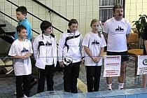 Na snímku z nástupu na závodech v Domažlicích jsou zleva Jan Panenka, Matěj Vokáč, Eliška Krýslová, Bára Mrkosová a trenér Ivan Šlajs.