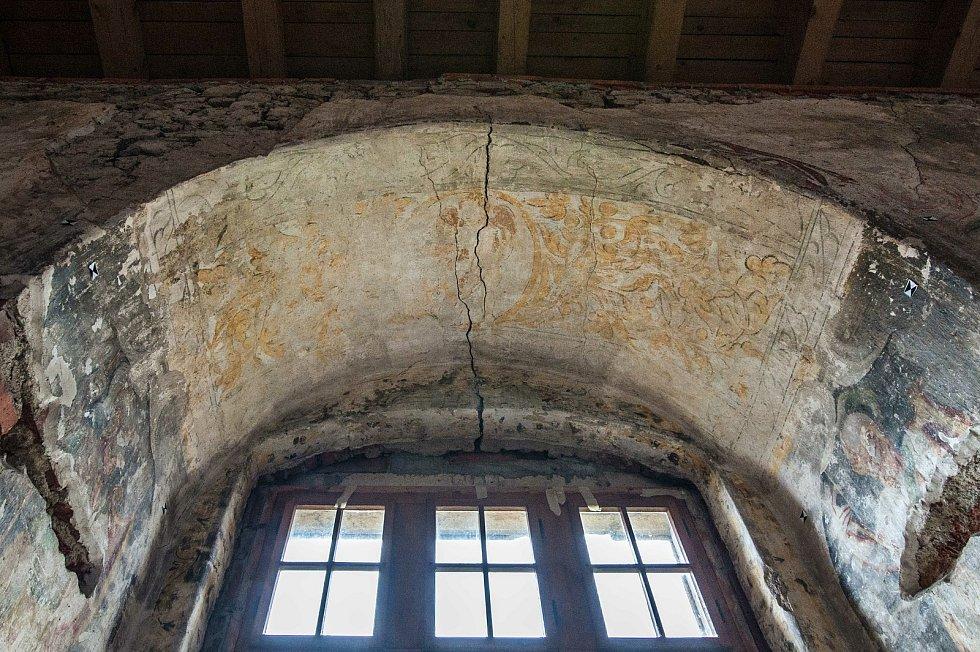 Okenní klenba severního slavnostního sálu s florálními motivy na fresce.
