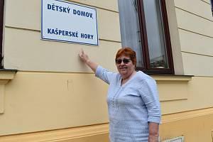Marie Kučerová na archivních snímcích, mimo jiné s bývalým prezidentem Havlem, a dnes, kdy se po bezmála třiceti letech s funkcí ředitelky domova loučí.