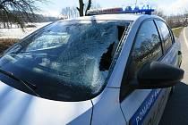 Led rozbil policejní vůz.