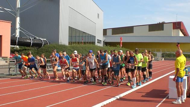 Start závodu provedl  Emil Kintzl (na snímku s pistolí zády), mnohonásobný účastník sušického Běhu podél Otavy a legenda sportovního a kulturního života na Šumavě.