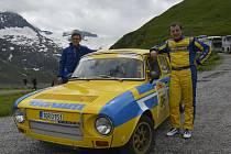 Radek Touš (vpravo) a Lukáš Hronek s vozem Škoda 120 S v cíli automobilového závodu Gr. B RallyeLegenden v Rakousku