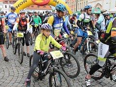Na trasu 45 km cyklomaratonu Author Král Šumavy 2015 odstartovali v Klatovech bikeři 30. května v 10 hodin.