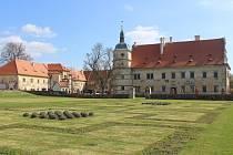 Zahrady a stavební úpravy zámku v Červeném Poříčí.