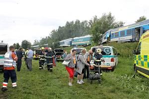 Od srážky vlaků v neděli večer u Horažďovic, která mohla mít fatální následky, dělilo soupravy 650 metrů. Snímek je z letošní tragické srážky v Milavčích na Domažlicku, kde zemřeli tři lidé.