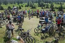 Uzavřeným Luzenským  údolím vyrazily na Modrý sloup více než dvě stovky účastníků akce.