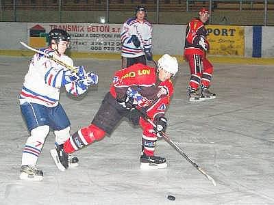 Lubští hokejisté zvládli i derby s Horažďovicemi (v bílém), vyhráli 6:4 a dál jsou na čele tabulky strakonického přeboru.