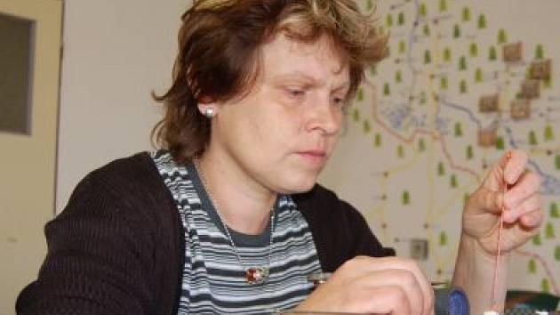 Jana Wudy si dílnu na výrobu skleněných korálků v Nezdicích na Šumavě otevřela před třemi týdny. Hodnotit, zda nové zaměstnání je na obživu, je podle jejích slov předčasné.