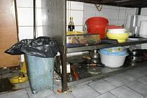 Prostory v klatovské restauraci Fu Shan, kde připravovali jídlo pro zákazníky.