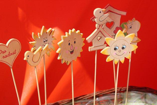 Začínali jsme vánočními ozdobami, pak jsme přidali zvířátkové magnetky, různé cedulky snápisy, dřevěné anděly, zápichy, závěsy a podobně. Největší zájem je udětí omagnetky a udospělých odřevěné anděly.