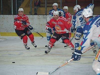 Hokejisté SHC Klatovy se ke konci utkání museli bránit tlaku hostů