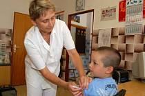 Lékařka Anna Kubátová očkuje proti klíšťové encefalitidě sedmiletého Daniela Macha z Klatov.