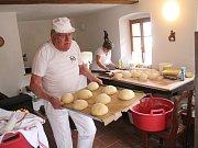 Pečení v historické peci s mistrem pekařem Augustinem Sobotovičem v muzeu v Nezdicích na Šumavě