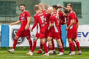 Fotbalisté SK Klatovy 1898 (na snímku hráči v červených dresech ze zápasu s Petřínem Plzeň) skolili jihočeský Lom 3:1.