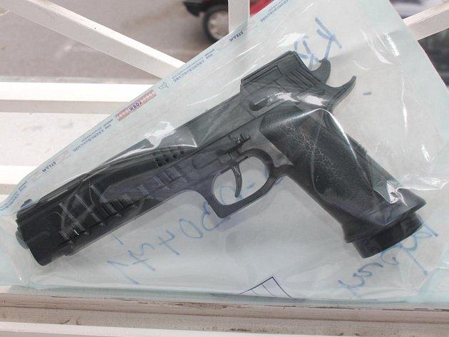 Pistole, se kterou Šrom poštu přepadl. Je plastová, ale to žena nemohla tušit.