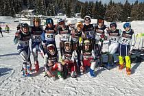 Nicole Zemanová (na snímku v dolní řadě vlevo) figuruje v listině bodů mezi staršími žákyněmi na prvním místě v České republice, a to ve všech disciplínách. Na fotografii jsou jinak starší žačky a žáci, kteří reprezentovali ČR v italské Folgarii.
