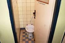 Jediná otevřená kabina na pánském WC na klatovském autobusovém nádraží