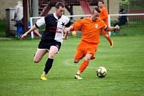 Fotbalisté Hradešic (na archivním snímku hráč vlevo) porazili Luby B 6:2.