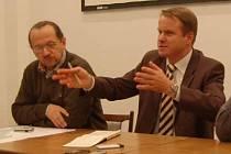 Ředitel Správy NPŠ František Krejčí (vlevo) a ministr životního prostředí Martin Bursík