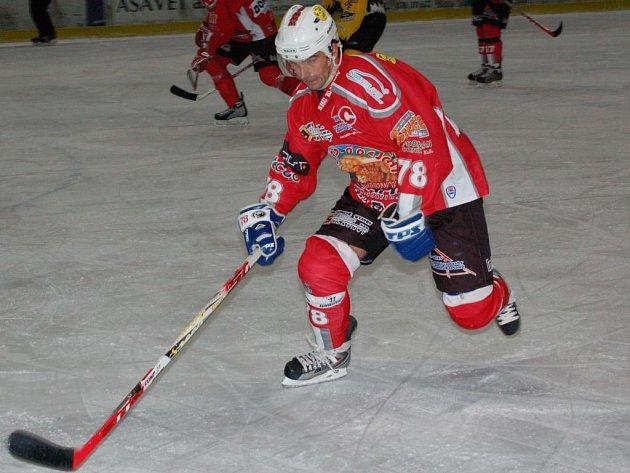 Stejně jako v říjnu doma se Jiří Maxa trefil i na ledě soupeře do sokolovské sítě dvakrát.