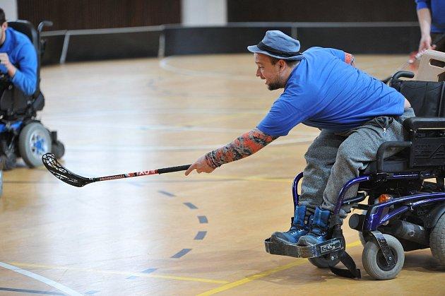 5 – Nepomáhá ale vorganizaci ADRA, ale také handicapovaným sportovcům, kteří hrají florbal na elektrických vozících. Hraje snimi, trénuje snimi, ale také je pojí velmi silné přátelství, takže spolu netráví čas jen na hřištích, ale také ve volném čase.