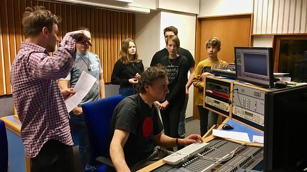 Žáci si vyzkoušeli práci v nahrávacím studiu.