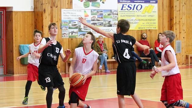 Basketbalisté do třinácti let (na archivním snímku v bílých dresech – nyní již U14) dvakrát vysoko vyhráli.