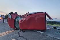 Následky střetu motorky a auta na silnici I/27 u Čachrova.